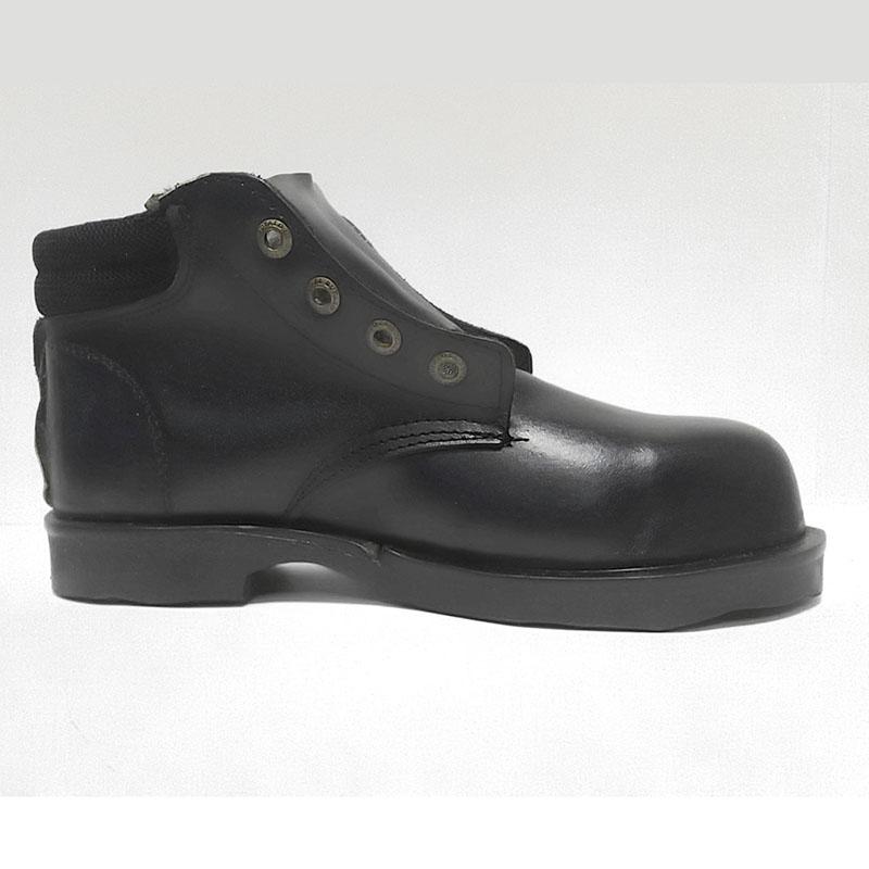 Botas de cuero negro con punta metálica